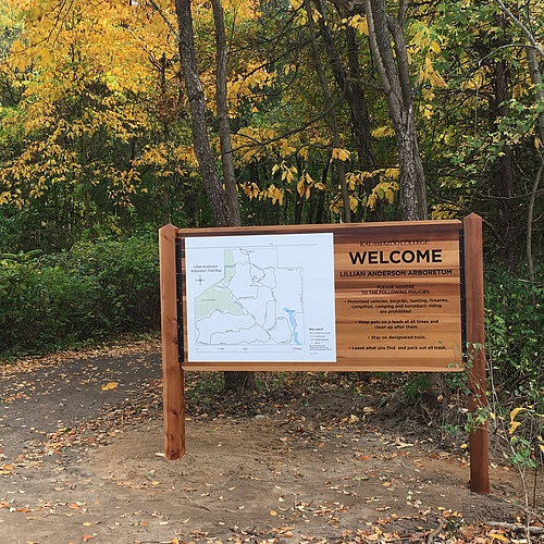 Welcome sign and large map of the arboretum in the parking lot